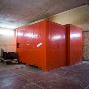 Porte bouchon. 5 mètres de côté et 150 tonnes de béton armé sur crémaillère. Elle condamne le site pendant les tirs de laser.